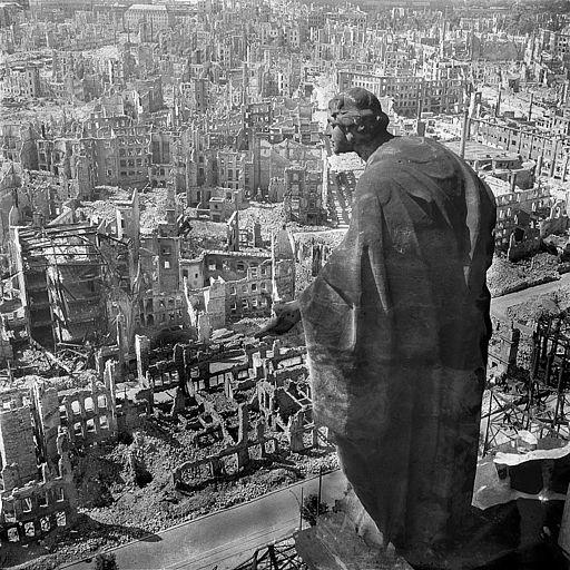 Statue allégorique du bien sur la Tour du Rathaus de Dresde, cliché R. Peter (1945), Wikicommons
