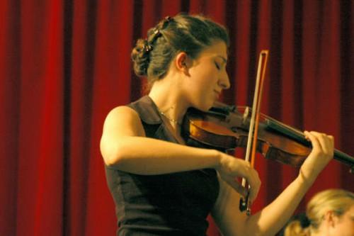 La violoniste Maïté Louis par Mickaël Emieux (wikicommons)